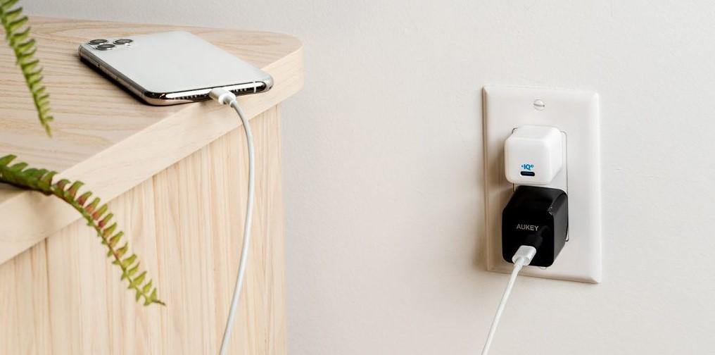 Isi ulang daya menggunakan kabel data (TheWireCutter)