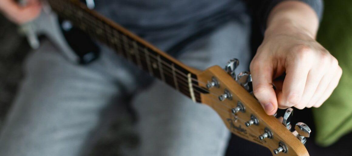 Aplikasi penyetel gitar (Yousician)